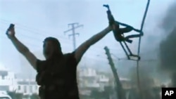 Amaterski snimak koji navodno prikazuje jednog borca Slobodne sirijske armije tokom borbi za Alepo