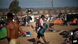 Migrantes centroamericanos encuentran refugio en Tijuana, México, a la espera de poder pasar a territorio estadounidense.