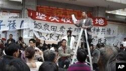 圖片攝於12月5日﹐廣東烏坎村村民代表薛錦波站立在梯子上向村民講話。後來他在警方的拘留期間無故死去﹐引發連日示威抗爭行動。