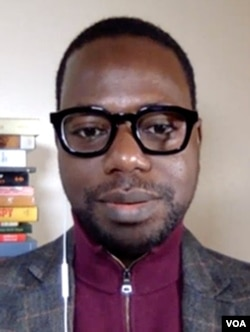លោក Boukary Sawadogo សាស្ត្រាចារ្យផ្នែកភាពយន្ដអាហ្វ្រិក និយាយថា ទិដ្ឋភាពនៃការឡោមព័ទ្ធវិមានសភាសហរដ្ឋអាមេរិក «ប្រៀបដូចជាភាពយន្ដហូលីវូដអីចឹង»។ (VOA ភាសាបារាំងផ្សាយទៅកាន់អាហ្វ្រិក)