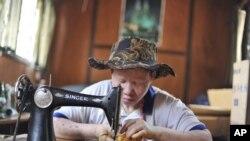 Mwanamke akishona kofia kuwasaidia albino Tanzania