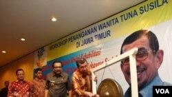 Gubernur Jawa Timur Soekarwo (kedua dari kanan) mendampingi Menteri Sosial Salim Segaf al-Jufri membuka workshop penanganan masalah PSK di Jawa Timur, Senin 18/6 (foto: Petrus Riski).
