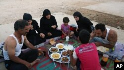 یک خانواده پناهجوی سوری در لبنان