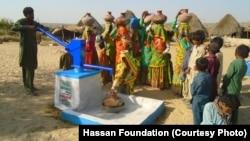 صحرائے تھر کی ایک بستی میں لگائے جانے والے نلکے سے خواتین پانی بھر رہی ہیں۔ اس سے قبل انہیں پانی کے لیے میلوں دور جانا پڑتا تھا۔