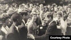 Президент Джон Кеннеди с волонтерами Корпуса мира. 1963 г.