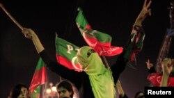 """Một người ủng hộ chính trị gia đối lập Imran Khan tham gia cuộc """"tuần hành tự do"""", hoan hô trong khi nghe ông nói chuyện ở Islamabad, 28/8/14"""