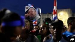 Presentes estuvieron miles de personas que lloraron, recordaron y ondearon banderas cubanas y retratos de Fidel.