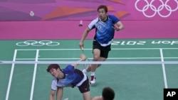 2 tay vợt của Nam Triều Tiên Chung Jae-sung (phải) và Lee Yong-dae thi đấu với cặp đôi của Malaysia Koo Kien Keat và Tan Boon Heong tại trận đấu cầu lông đôi nam 31/07/2012