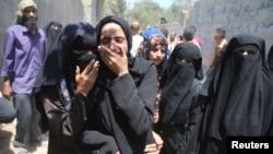 Isroil havo hujumida halok bo'lgan to'rt yashar falastinlik qizning yaqinlari azada. Uning otasi va amakisi ham o'sha hujumda o'lgan. G'azo Sektori, 15-iyul, 2014-yil