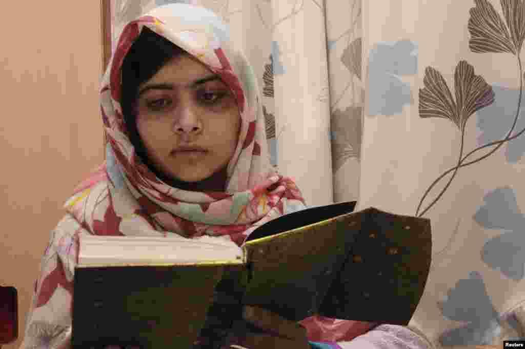 영국 버밍엄에있는 퀸 엘리자베스 병원에서 책을 읽고있는 말라라 유사프자이