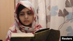 Malala Yousufzai đọc sách trong thời gian hồi phục sức khỏe tại bệnh viện Queen Elizabeth ở Birmingham, Anh