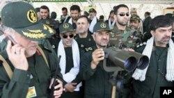伊朗革命卫队司令(中)观察革命卫队演习