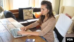 Medical student Raquel Kronen works on her Wikipedia editing project. (VOA / Jan Sluizer)