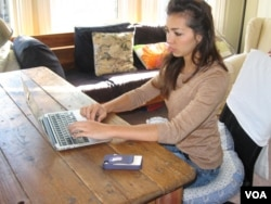 Medical student Raquel Kronen works on her Wikipedia editing project. (VOA / Jan Sluizer)