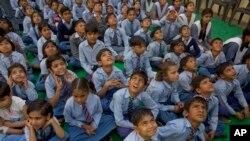 Des écoliers à Nai Basti près de New Delhi en Inde le 22 mars 2017.