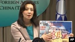 台湾外交部发言人欧江安在台北举行的记者会上指向圭亚那(台湾称盖亚那)地图。(2021年2月4日)