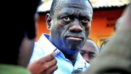 Ugandan opposition leader Kizza Besigye speaks to journalists in the yard outside his house shortly after returning home after a confrontation with police, in Kasangati, Uganda, May 19, 2011 (file photo)