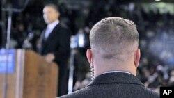 Một nhân viên mật vụ đứng gần Tổng thống Obama trong một cuộc mít-tinh ở Norfolk, bang Virginia