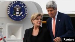 2014年8月11日悉尼:克里美国国务卿(右)和澳大利亚外长毕晓普走下飞机