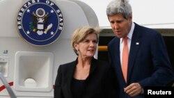 11일 호주 시드니에 도착한 존 케리 미국 국무장관(오른쪽)이 줄리 비숍 호주 외무장관과 함께 전용기에서 내려오고 있다.