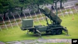 شمالی کوریا کے حملے کے خظرے کے پیش نظر ٹوکیو کی وزارت دفاع کے احاطے میں میزائل کش نظام نصب ہے۔ اگست 2017