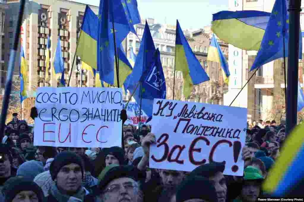 Якщо Ви на #євромайдан будь-де в Україні та світі надсилайте фото та відео мітингів, всього, що відбувається до нас на HOLOS@VOANEWS.COM.