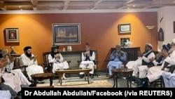Mantan presiden Afghanistan Hamid Karzai didampingi oleh utusan utama pemerintah lama bertemu dengan delegasi Taliban dalam foto yang diunggah pada 19 Agustus 2021. (Foto: Dr Abdullah Abdullah/Facebook via Reuters)