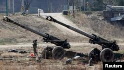 지난 4월 한국 비무장지대 인근에서 진행된 미-한 연합 군사훈련에 참가한 한국 포병대. (자료사진)