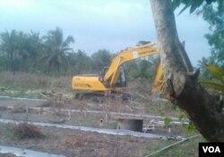 Alat berat melakukan pembersihan lahan bandara baru Yogyakarta.