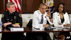 바락 오바마 미국 대통령이 13일 백악관에서 관계자들을 초청해 경찰과 주민 사이의 대립을 해소하기 위한 방안을 논의한 후 기자들에게 내용을 설명하고 있다.