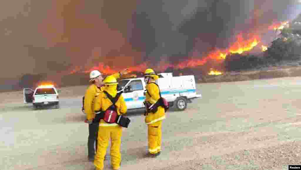 ریاست کیلی فورنیا کے شہر سین ڈیاگو کے جنگلات میں لگی آگ بجھانے کے لیے امدادی کارکن کوشاں ہیں۔