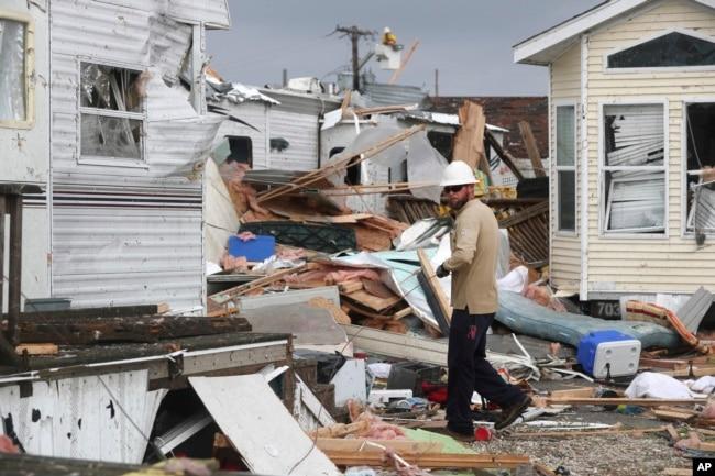 Un trabajador de la compañía eléctrica de Carolina del Norte trata de restaurar el servicio en Emerald Isle, Carolina del Norte, luego del paso del huracán Dorian por el área. Septiembre 5 de 2019. AP/Tom Copeland.