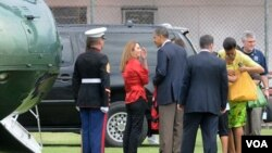 El presidente Obama dialoga con la presidenta del Flamengo, Patricia Amorim, junto a la primera dama, Michelle, durante la visita a la Gavea.