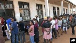 11月17日马达加斯加民众排队参加公投投票