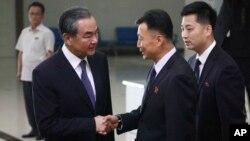왕이 중국 외교부장(왼쪽)이 2일 평양을 방문했다.