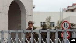 중국군 소속 '해킹 부대' 시설로 알려진 상하이 외곽의 12층 건물. 19일 중국군 병사가 입구를 지키고 있다.