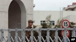 Lính Trung Quốc canh gác trước trụ sở của Đơn vị 61398 ở Thượng Hải. Báo cáo của Mandiant phát hiện một đơn vị bí mật của Quân đội Giải phóng nhân dân Trung Quốc đứng sau một nhóm đã thực hiện hàng loạt các vụ tấn công nhắm vào nhiều mục tiêu ở Mỹ từ năm 2006