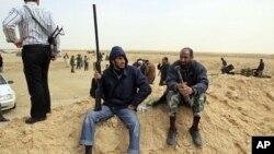 Des rebelles a l'exterieur d'Ajdabiya, sur la route menant à Brega