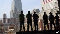 Para pekerja konstruksi Monumen 11 September mengheningkan cipta di tempat terjadinya serangan 11 September 2001 pada peringatan tahun lalu (foto: dok).