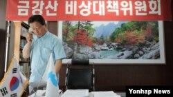 한국 정부가 북한의 금강산관광 재개 회담 제의와 관련해 입장을 북측에 전달할 것으로 알려진 20일 금강산기업인 협의회 신양수 부회장이 전화로 대책을 논의하고 있다.
