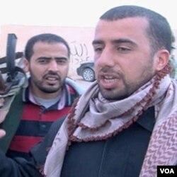 Bivši policajac, sada na strani pobunjenjika Rabie El Mahdi Majid (desno), govori za Glas Amerike