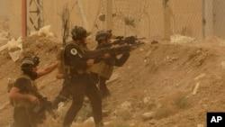 Fuerzas de seguridad defienden su cuartel de un ataque de extremistas del grupo Estado islámico.
