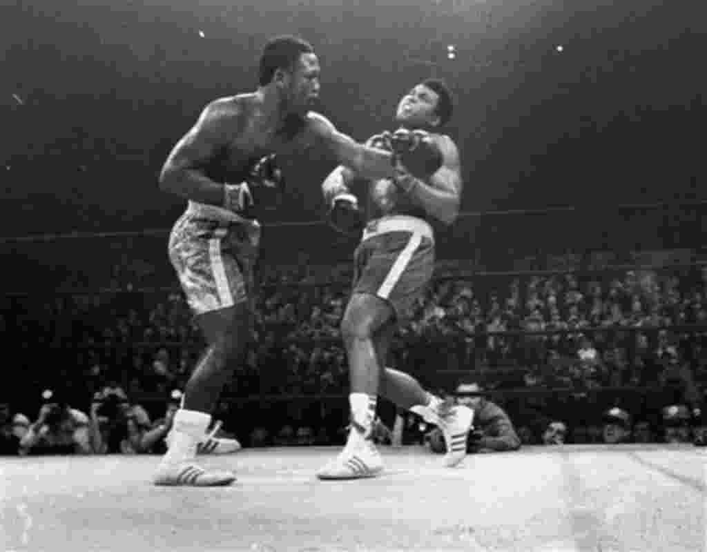 El 8 de marzo 1971, el boxeador Joe Frazier, a la izquierda, golpea a Muhammad Ali en la ronda número 15, peleando el título del peso pesado en el Madison Square Garden de Nueva York.