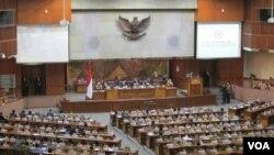 Suasana di Gedung DPR RI ketika Menteri Keuangan Bambang Brodjonegoro memberi tanggapan atas disahkannya RAPBN 2016 Jumat malam 30/10 (VOA/Andylala).