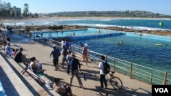 A view of the beach and pool at Dee Why, a town north of Sydney that is home to Australia's largest Tibetan community. (Amy Yee for VOA News)
