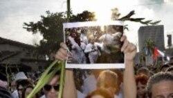 تظاهرات کوبایی های ساکن آمریکا به رهبری گلوریا استفان خواننده موسیقی پاپ در اعتراض به رفتار خشونت بار رژیم هاوانا نسبت به ناراضیان و مخالفان