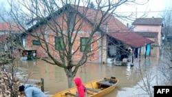 Ljudi iz okoline Loznice koriste čamac u dvorištu svoje kuce, koje je poplavljeno usled izlivanja reke Drine