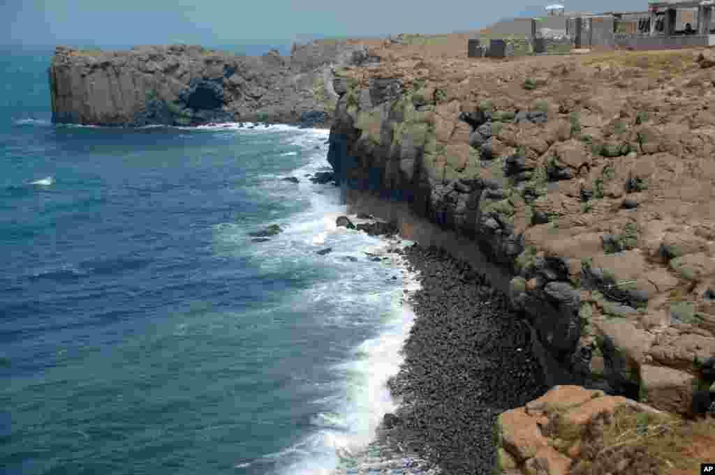 小门屿浪打玄武岩和鲸鱼洞,据传曾有鲸鱼搁浅而撞击玄武岩贯穿成洞,所以叫鲸 鱼洞。