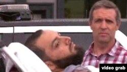 Nghi can Ahmad Rahami nằm trên cáng cứu thương sau khi bị bắt giữ hôm 19/9.