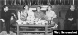 """1955年,毛泽东在北京会晤达赖喇嘛(右二)时,曾亲口对他说:""""宗教是一种毒药。""""(网络截图)"""